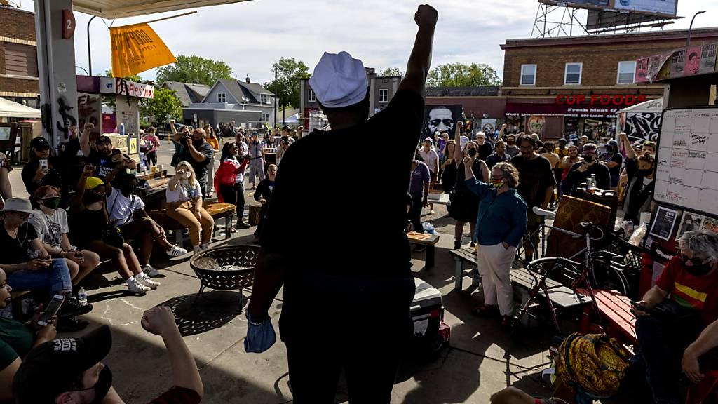 Die Räumung des George-Floyd-Platzes hat Proteste ausgelöst - aber alles verlief friedlich. Foto: Carlos Gonzalez/Star Tribune/AP/dpa
