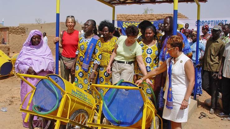 Brunneneinweihung in einem Dorf in Burkina Faso: Käthy Felber aus Rheinfelden (in der Mitte) und andere Frauen von Soroptimist Clubs aus Europa sind vor Ort.
