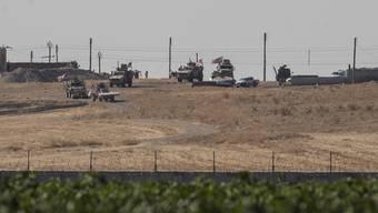 Ankunft amerikanischer Truppen in der nordsyrischen Stadt Tell Abiad, nahe des türkischen Grenzorts Akçakale. Dort patrouillieren sie gemeinsam mit türkischen Soldaten und wollen eine sogenannte Sicherheitszone einrichten.