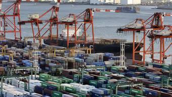 Japans Exporte ziehen stark an. An den Containerterminals von Yokohama haben Firmen wieder alle Hände voll zu tun.