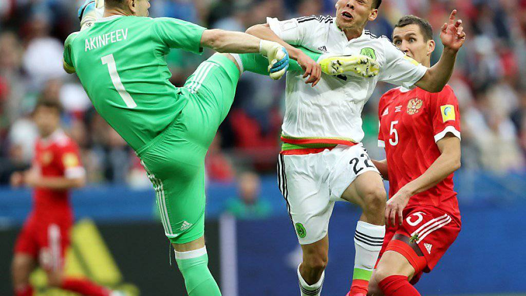 Der Moment der Entscheidung: Russlands Keeper Igor Akinfejew kommt gegen Hirving Lozano zu spät