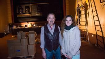 Ulrich Beyeler und Melissa Vogt im Saal des Kinos Oris, wo schon an der Neueinrichtung gearbeitet wird.