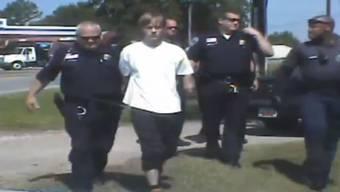 Eine Dashcam-Video zeigt, wie der mutmassliche Charleston-Attentäter von der Polizei abgeführt wird. Es geht erstaunlicherweise unspektakulär über die Bühne.
