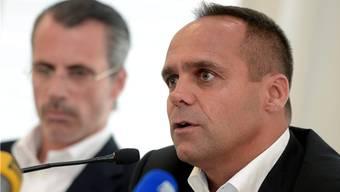 Wolfgang Schickli (rechts) verlässt die Kloten Flyers, weil er mit der Philosophie des Besitzers und Philippe Gaydoul (links) nicht hundertprozentig einverstanden ist und heuert bei den SCL Tigers in Langnau an.