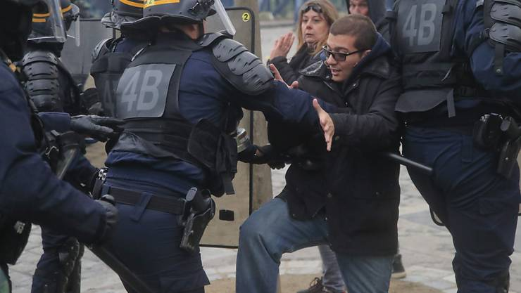 """In Paris sind zwei Polizisten wegen übermässiger Gewalt bei den Protesten der """"Gelbwesten"""" verurteilt worden. (Symbolbild)"""