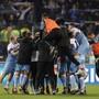 Ekstase im Römer Olympiastadion: Spieler und Betreuer von Lazio Rom lassen den Emotionen nach dem Cup-Triumph freien Lauf