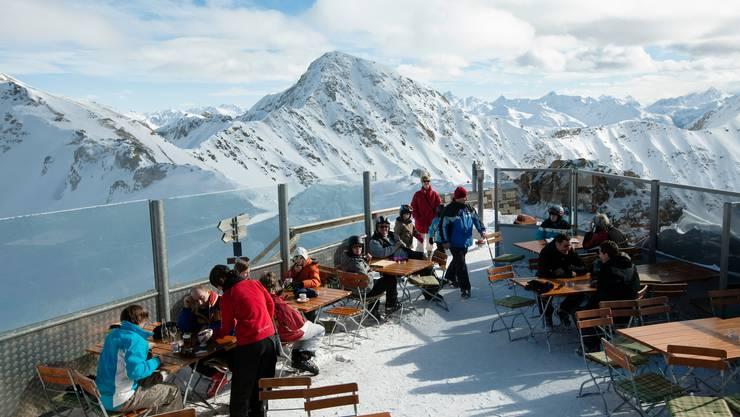 In den Bündner Skigebieten darf draussen wieder konsumiert werden. (Symbolbild)