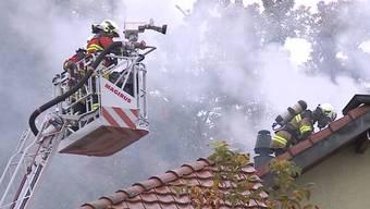Kurz vor acht Uhr morgens kommt es in einem Mehrfamilienhaus zu einem Brand. Die Bewohner konnten sich bereits vor dem Eintreffen der Feuerwehr in Sicherheit bringen. Es entstand ein Sachschaden von mehreren 100.000 Franken.