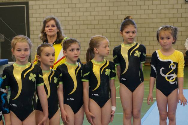 Die P1-Kunstturnerinnen Weiningen stellen sich den Punktrichterinnen vor - hinten Trainerin Emmi Schmid