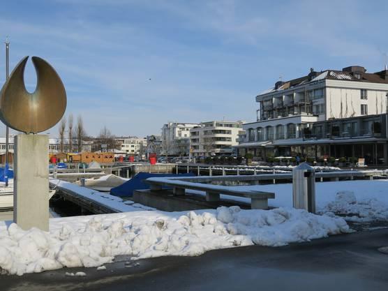 Seeanlagen mit Bootshafen und Hotel Al Porto im Hintergrund