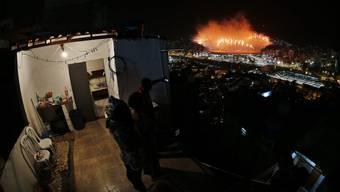 Von der Favela aus betrachten die Bewohner die Eröffnungsfeier.