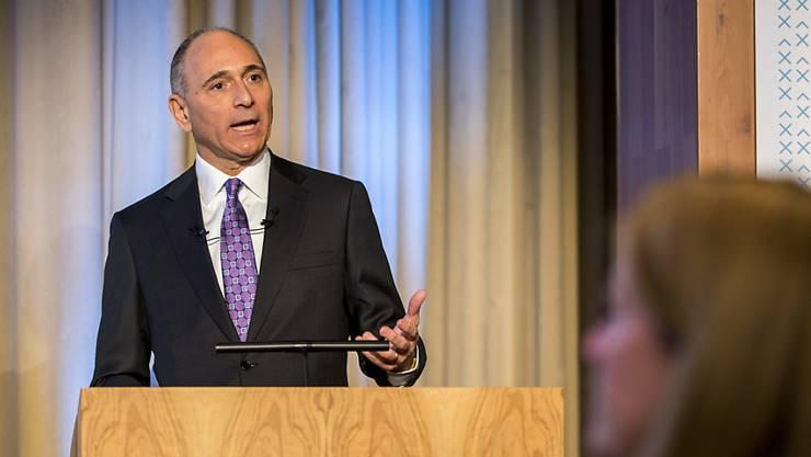 Das Novartis-Management um Konzernchef Joe Jimenez hat seine Erwartungen für die Augensparte Alcon, für die derzeit strategische Optionen geprüft werden, angehoben. (Archiv)