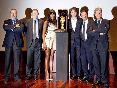 Und alle wollten sie mit der Schönen posieren: Naomi Campbell mit den Machern des Köfferchens und der Fifa-Delegation.