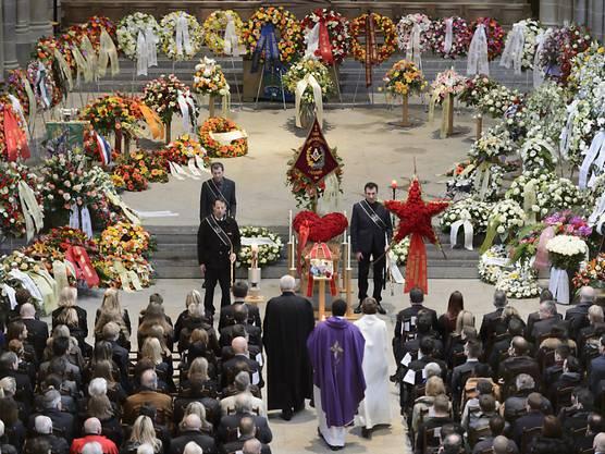 Blumen und Kränze umrahmen den Sarg des verstorbenen Sternekochs Benoît Violier in der Kathedrale von Lausanne.