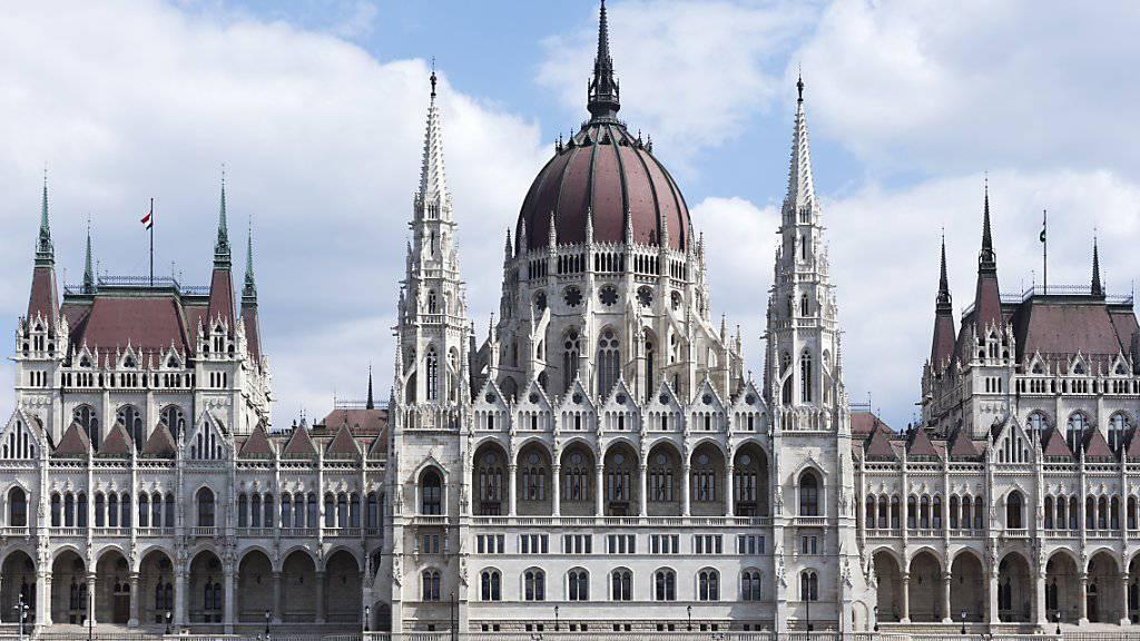 Viele Schuldner in Ungarn geraten in Zahlungsnot. Gefordert ist darum die Politik. Im Bild das Parlamentsgebäude von Ungarn in Budapest an der Donau. (Archiv)