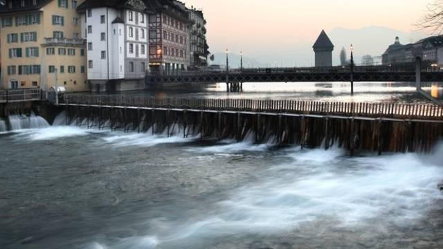Auch das Nadelwehr in Luzern wird gegen ein Wasserkraftwerk ersetzt (Archiv)