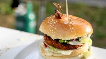 So sieht der Bollwerk-Burger aus, Grillendekoration inklusive.