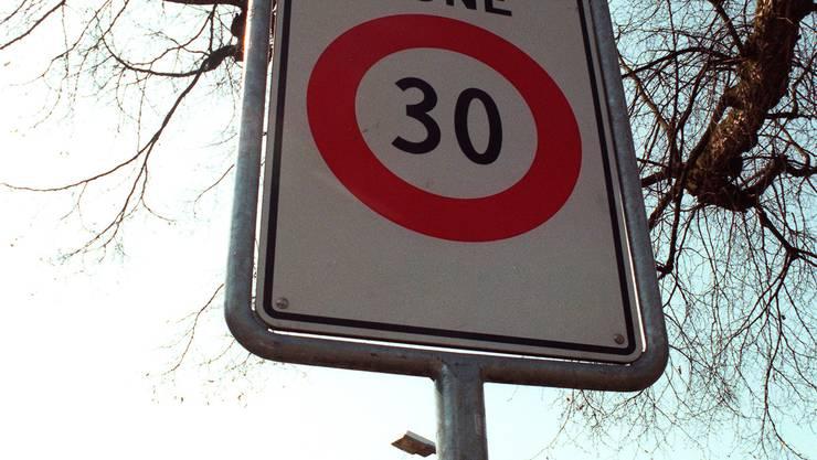 Tempo 30: Noch gibt es keine einzige solche Tafel in Wohlen, doch der Himmel für die Tempo-30-Befürworter in der grössten Freiämter Gemeinde war auch schon düsterer. wal