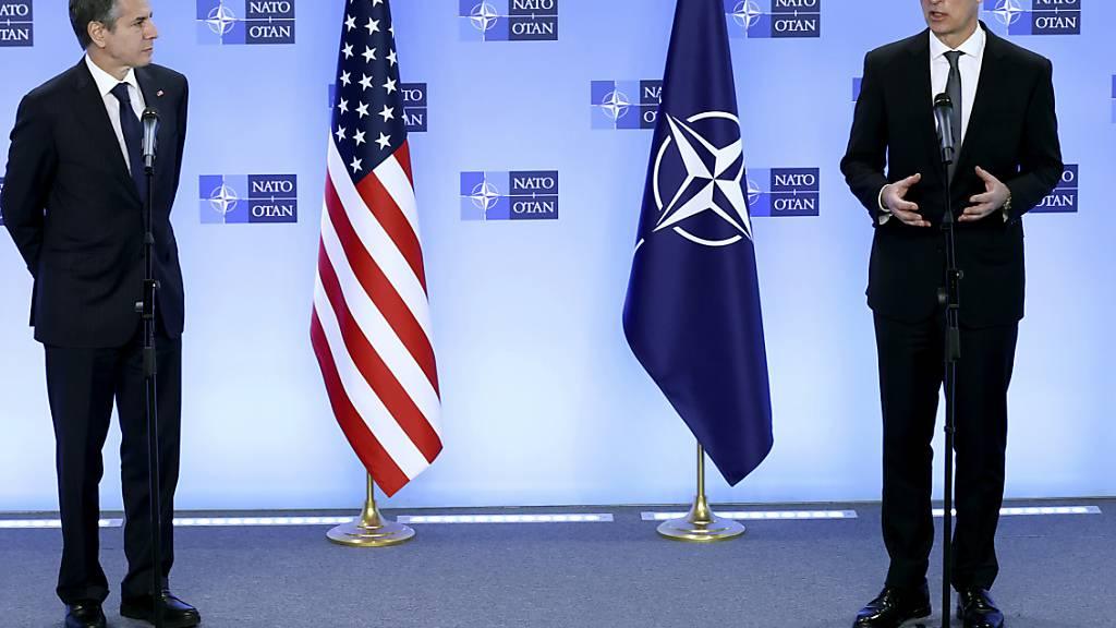 US-Außenminister Antony Blinken (l) und Nato-Generalsekretär Jens Stoltenberg (r) sprechen während einer Pressekonferenz im NATO-Hauptquartier. Foto: Kenzo Tribouillard/Pool AFP/AP/dpa