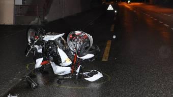 Der Fahrer prallte gegen eine Maurer und blieb verletzt auf der Strasse liegen.