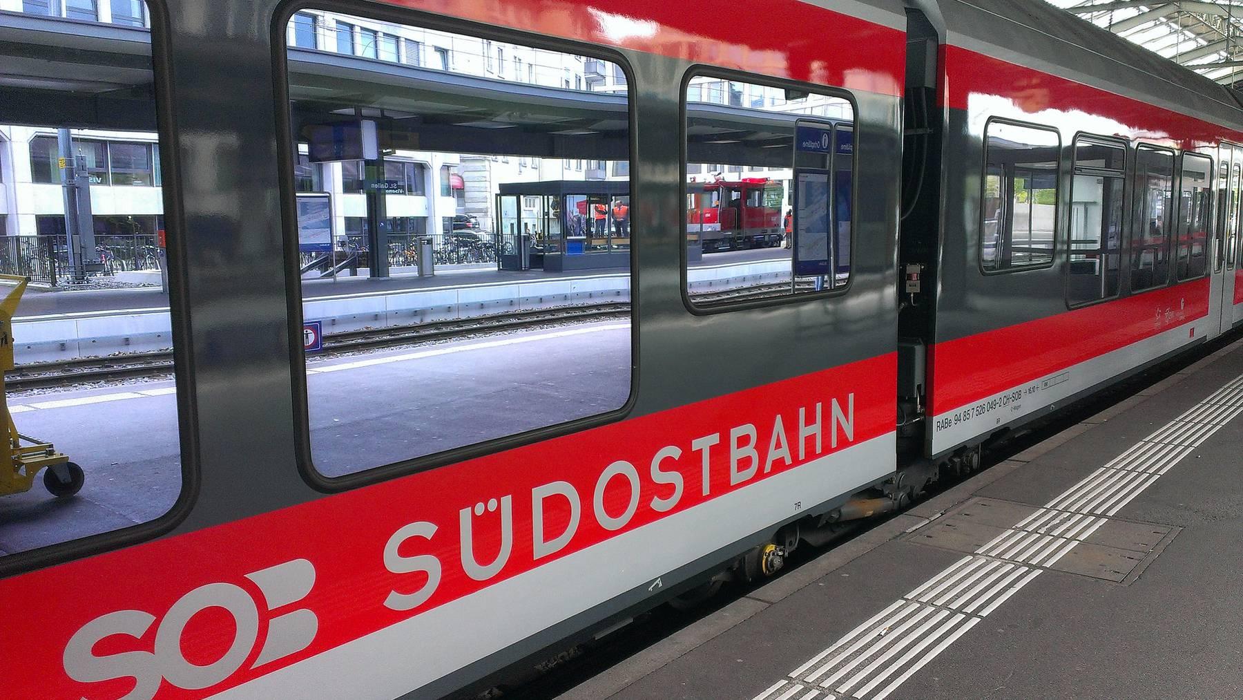 Nach Messerattacke im Zug: Frau erliegt Verletzungen