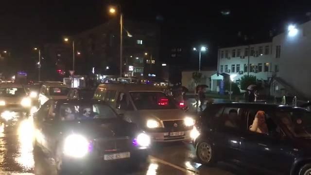 Kosovaren feiern den Schweizer Sieg gegen Serbien - Hupkonzert