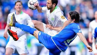 Admir Mehmedi wirft sich in den Zweikampf mit Nico Schulz