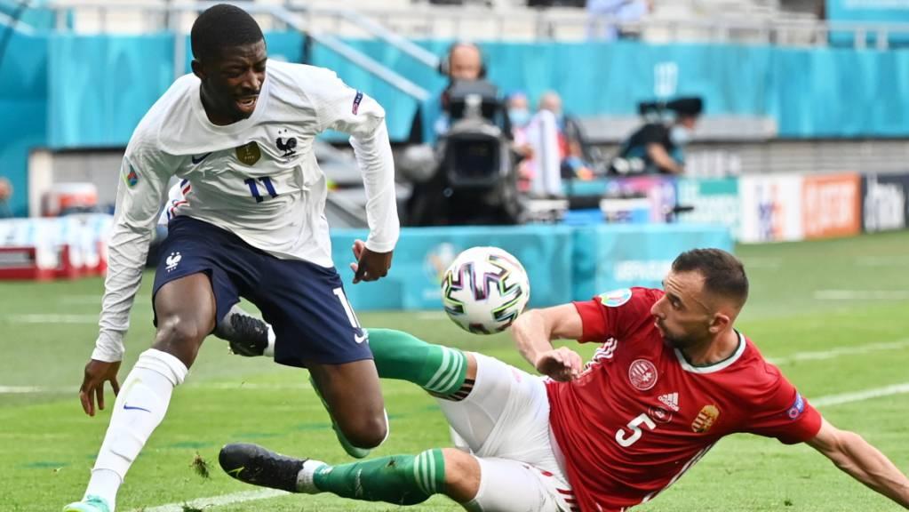 In dieser Szene im Match gegen Ungarn (Attila Fiola, rechts) verletzte sich Ousmane Dembélé am rechten Knie.
