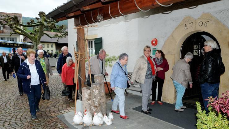 Die Wirtefamilie Lenzin begrüsste die Derendinger Seniorinnen und Senioren im Landgasthof Ochsen.