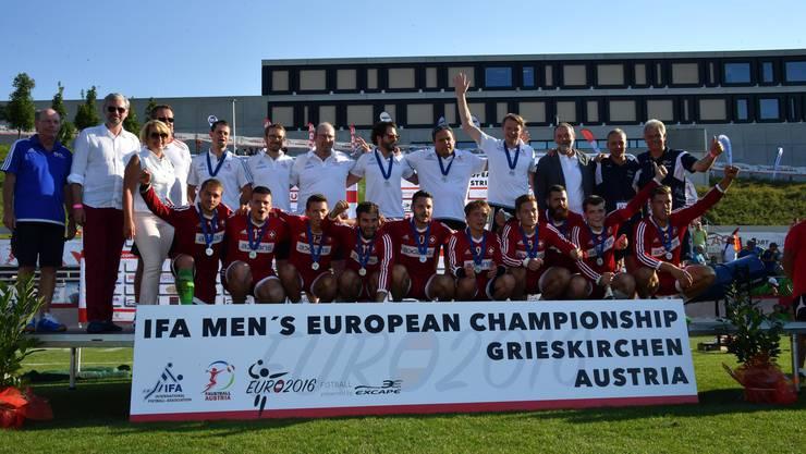 Die Schweizer Nationalmannschaft bejubelt nach der Final-Niederlage gegen Deutschland der Gewinn der EM-Silbermedaille.
