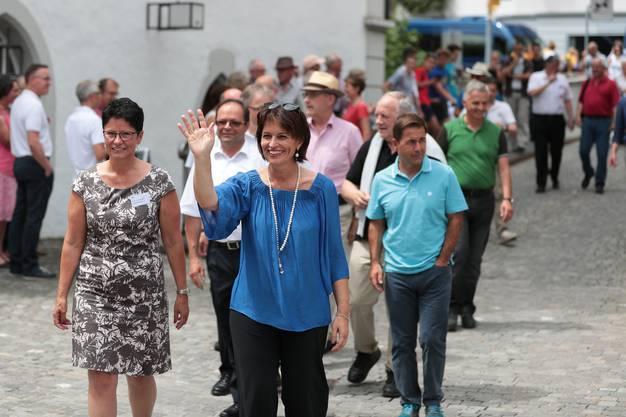 Bundesrätin Doris Leuthard (rechts) und die Obwaldner Regierungsrätin Maya Büchi-Kaiser beim Eintreffen auf dem Sarner Dorfplatz.