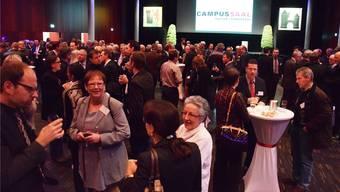 Apéro in lockerer Atmosphäre: Rund 200 Gäste besuchen den ersten gemeinsamen Neujahrsempfang für Unternehmerinnen und Unternehmer der Stadt Brugg und der Gemeinde Windisch.