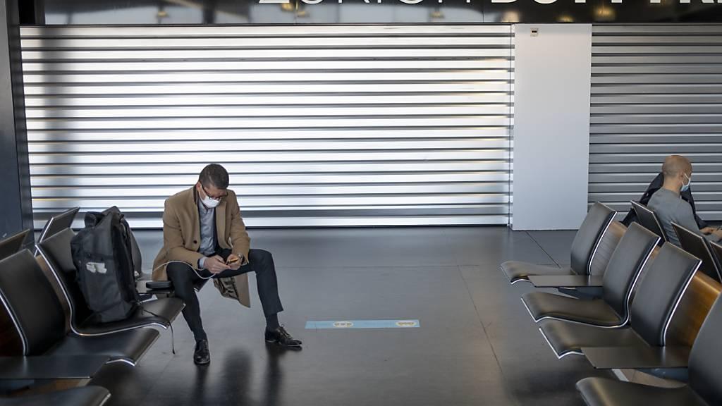 Die Passagierzahlen am Flughafen sind im April des aktuellen Jahre zwar gegenüber April 2020 stark gestiegen, doch das täuscht: Gegenüber April 2019 - also vor der Krise - sind noch immer 88 Prozent weniger Gäste über den Flughafen Zürich gereist. (Symbolbild)