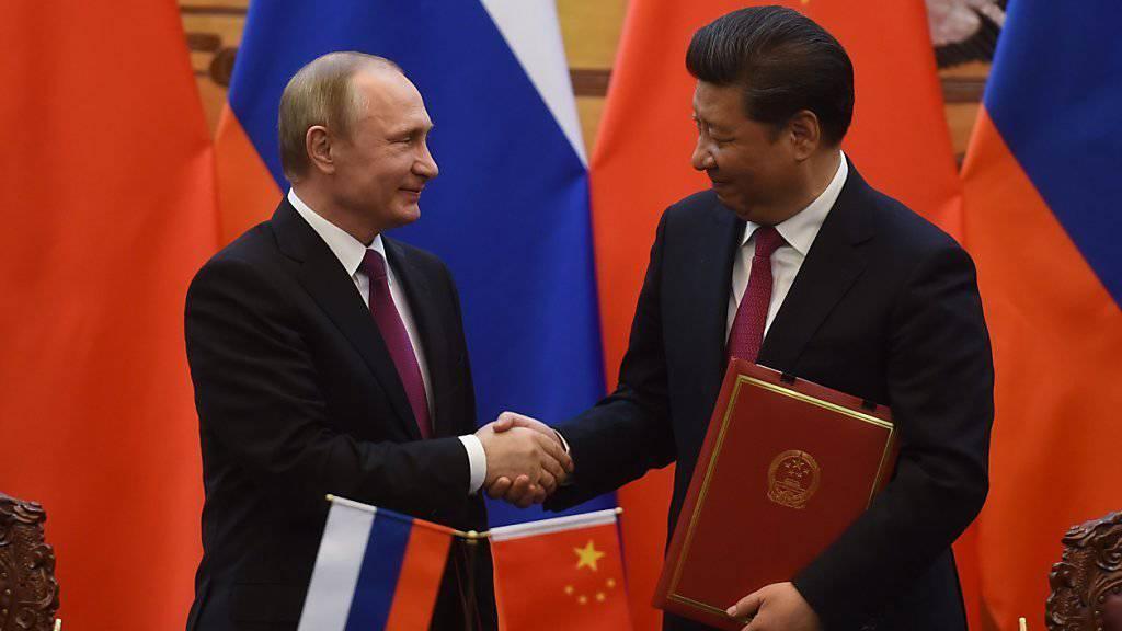 Russlands Präsident Wladimir Putin (links) und sein Amtskollege Xi Jinping (rechts).