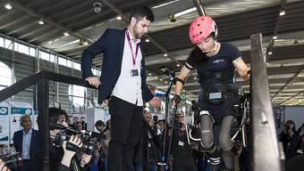 Das von Silke Pan getragene Exoskelett fand an der Genfer Erfinder-Messe viel Aufmerksamkeit.