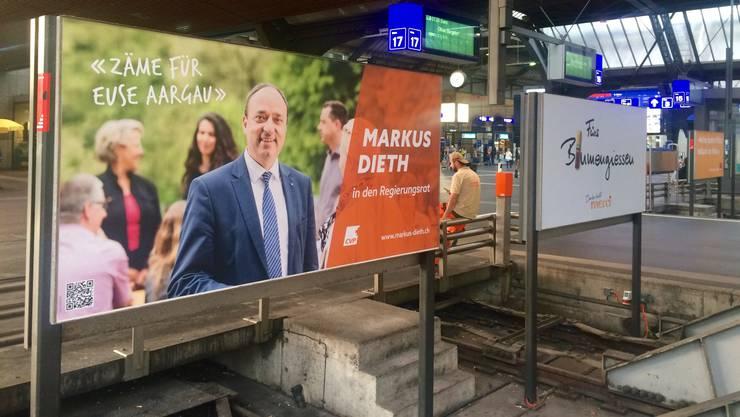 Am Gleis 18 am Zürcher Hauptbahnhof steht das Wahlplakat von Regierungsratskandidat Markus Dieth