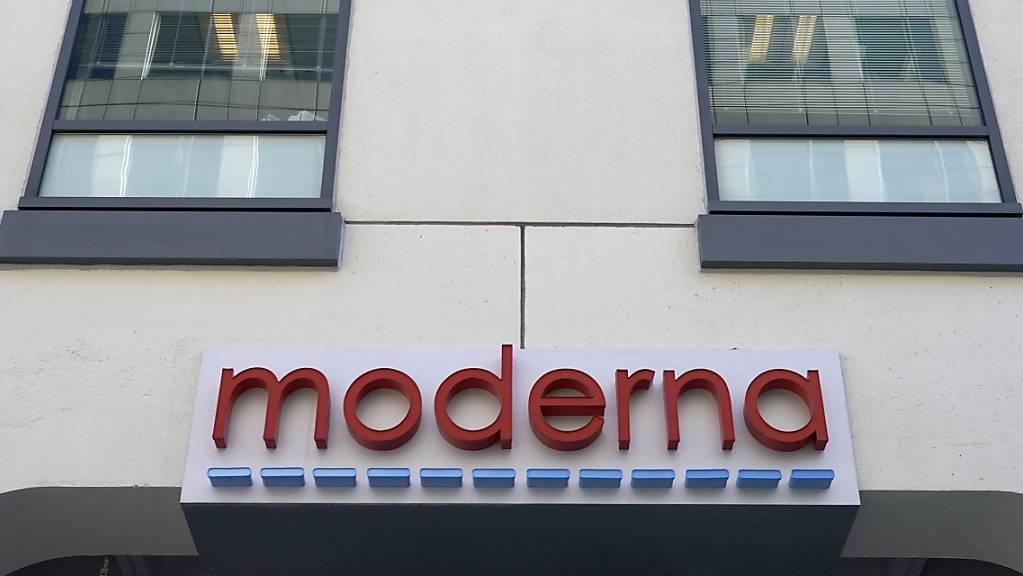 Das Logo von Moderna am Hauptsitz des Konzerns