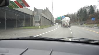 Für die Autobahn (l.) müssen Fahrer aus Baden neu die Spur wechseln.