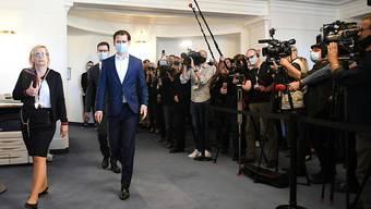 Österreichs Bundeskanzler Sebastian Kurz (ÖVP) kommt mit Mundschutz zum Ibiza-Untersuchungsausschuss im Parlamentsausweichquartier in der Hofburg. Foto: Helmut Fohringer/APA/dpa