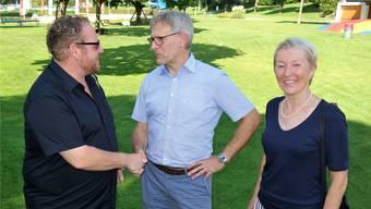 Christoph Fricker, SP (links), gratuliert dem neu gewählten Gemeinderat Daniel Räber, CVP, zur Nachfolge von CVP-Gemeinderätin Yvonne Leuppi, die auf Ende Jahr ihre Demission eingereicht hat.