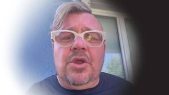 Fritz Scheidegger erzählt per Facebook Live-Video wie ein Autostöppler ihn mit einem Messer bedroht hat.