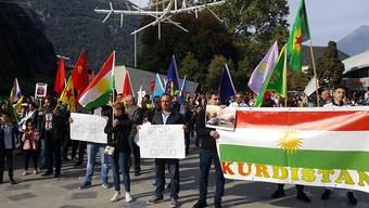 Knapp 300 Personen sind in Bellinzona wegen der türkischen Offensive in Syrien auf die Strasse gegangen.