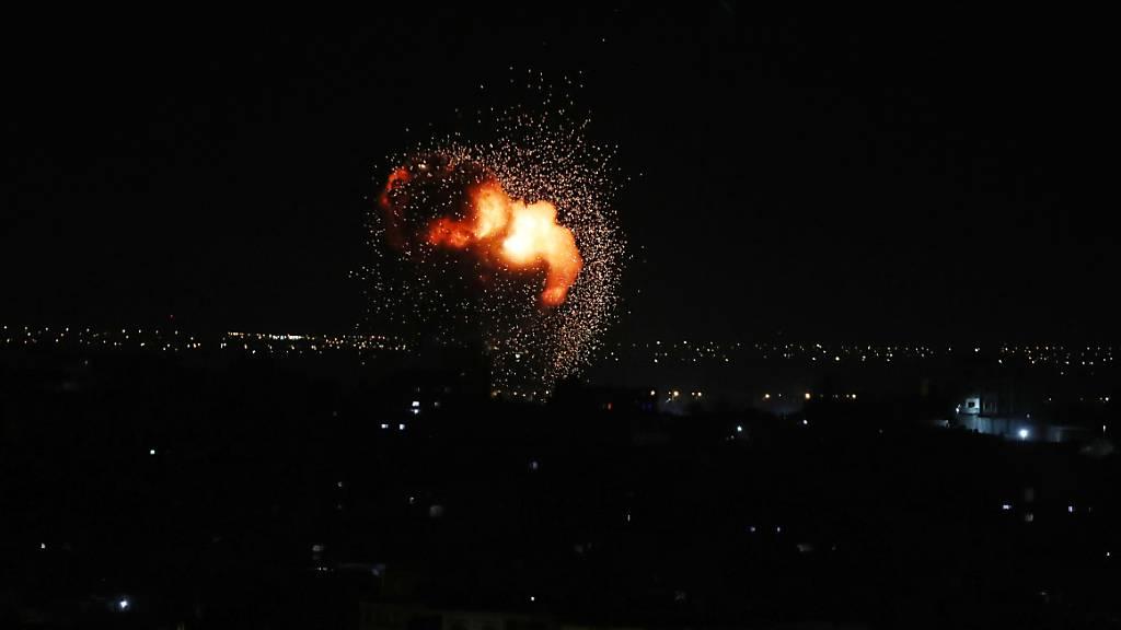 Ein Feuerball steigt nach einem israelischen Luftangriff im südlichen Gazastreifen auf. Zum dritten Mal in Folge hat Israels Luftwaffe nach einem Raketenangriff aus dem Gazastreifen Ziele in dem Palästinensergebiet beschossen. Foto: Ashraf Amra/APA Images via ZUMA Press Wire/dpa
