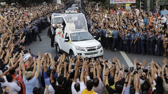 Zehntausende Philippiner jubeln dem Papst auf dem Weg zur Messe zu