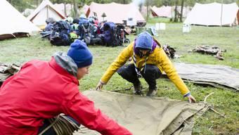 Zelt aufbauen, Zelt abbauen, und dazwischen viel erleben: Zwei Pfadfinder legen während eines Pfingstlagers übereinander. (Archiv)