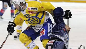 Der Davoser Beat Forster (l.) stoppt Zugs Fabian Sutter