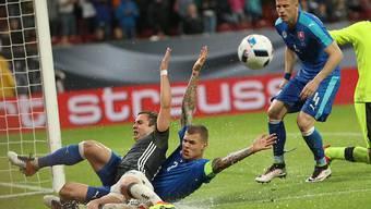 Rutschpartie in Augsburg: Deutschlands Mario Götze (li.) duelliert sich mit dem Slowaken Martin Skrtel