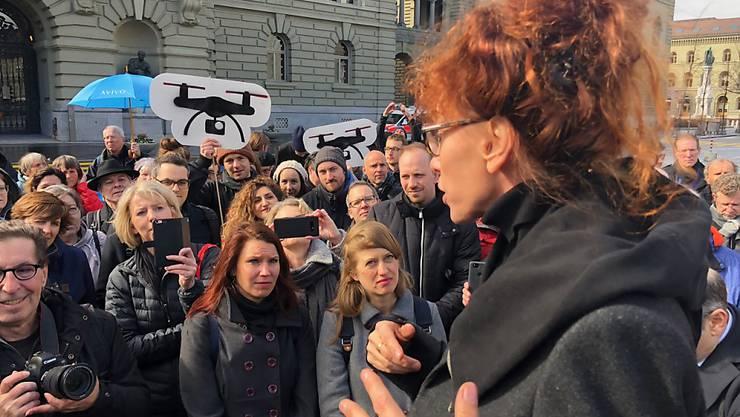 Gegnerinnen und Gegner der Observation von Versicherten auf dem Bundesplatz. (Archivbild)