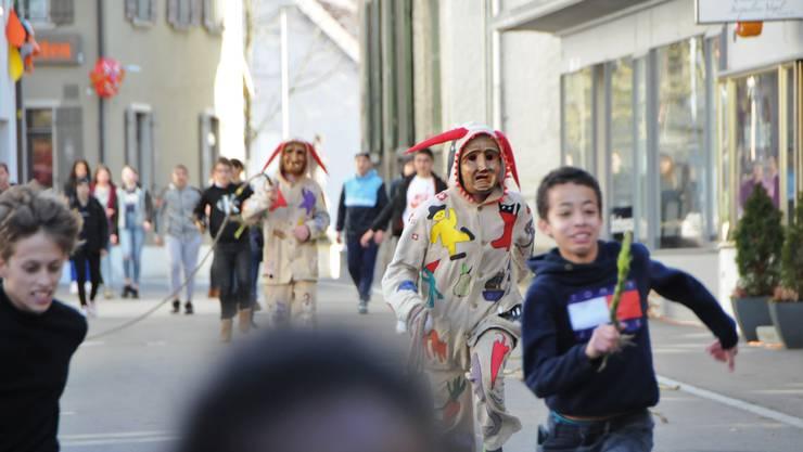 In Klingnau kommt es am Schmutzigen Donnerstag zum Räbehegel-Treiben im Städtchen.