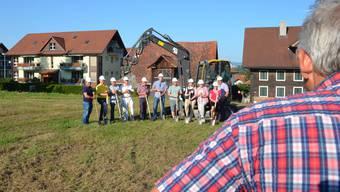 Das sieht der Bauunternehmer Harry Knüsel aus Abtwil gerne zu: Start frei für den Aushub und die Realisierung des Mehrgenerationenhauses in Dietwil.